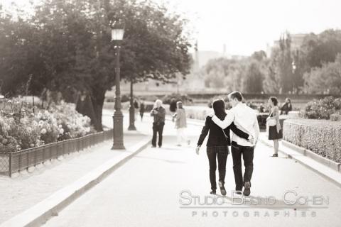 porttrait couple hugging in love walk in paris near st louis bridge black and white