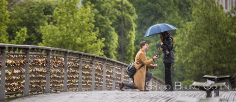 Proposal under the rain in Paris on Pont de Solferino