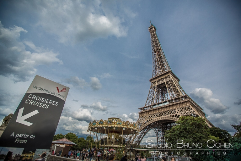 proposal in paris at summer eiffel tower blue sky