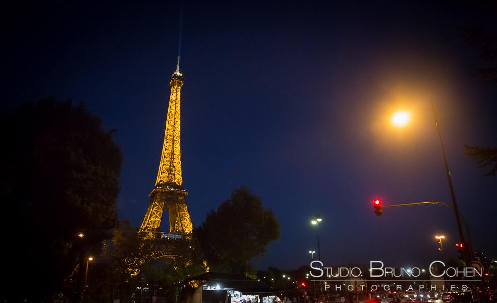 proposal in paris eiffel tower at night