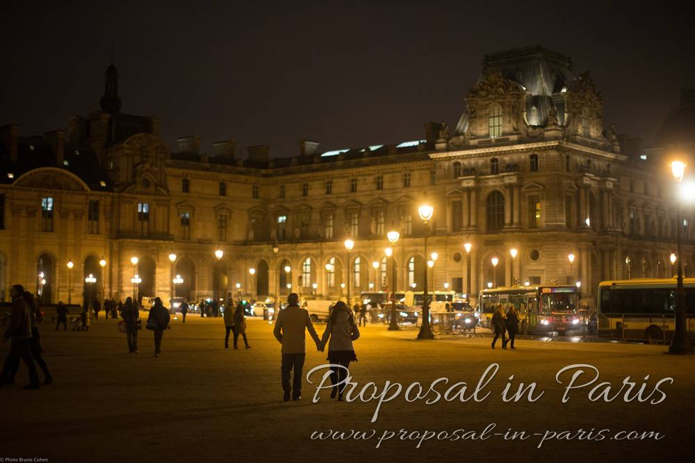 Couple walking away by Le Louvre Museum by night_4008