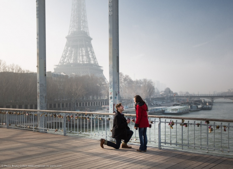 proposal spot in Paris Passerelle Debilly front Eiffel Tower at morning