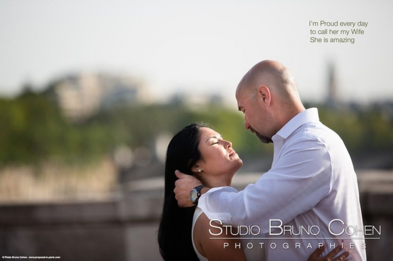 session couple in love in paris from bir hakeim bridge near Eiffel Tower