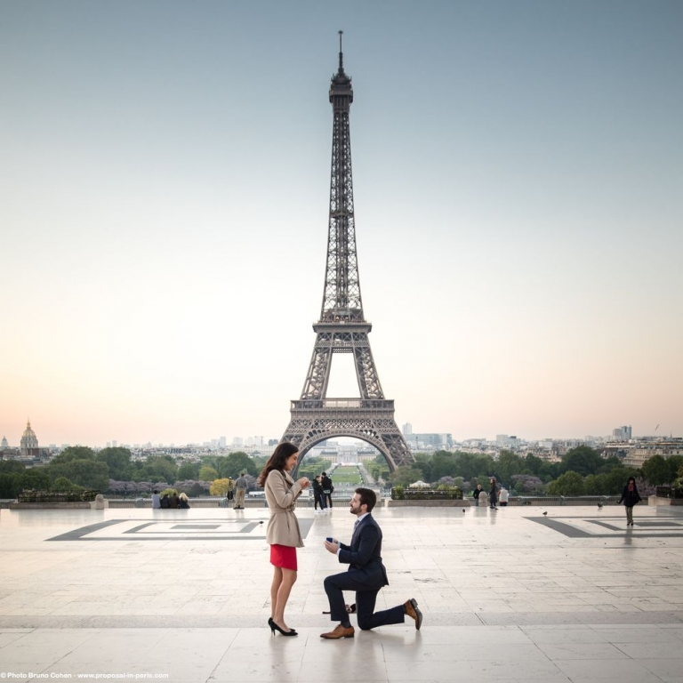 An incredible proposal early in the morning for an American classy couple on the Trocadero's Plaza in front of the Eiffel Tower!