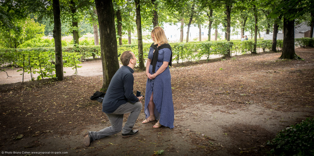surprise proposal in paris smile kiss museum Rodin