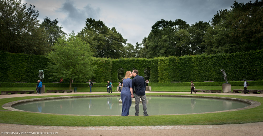 kissing couple hand in hand standing front of fountain Rodin museum kiss