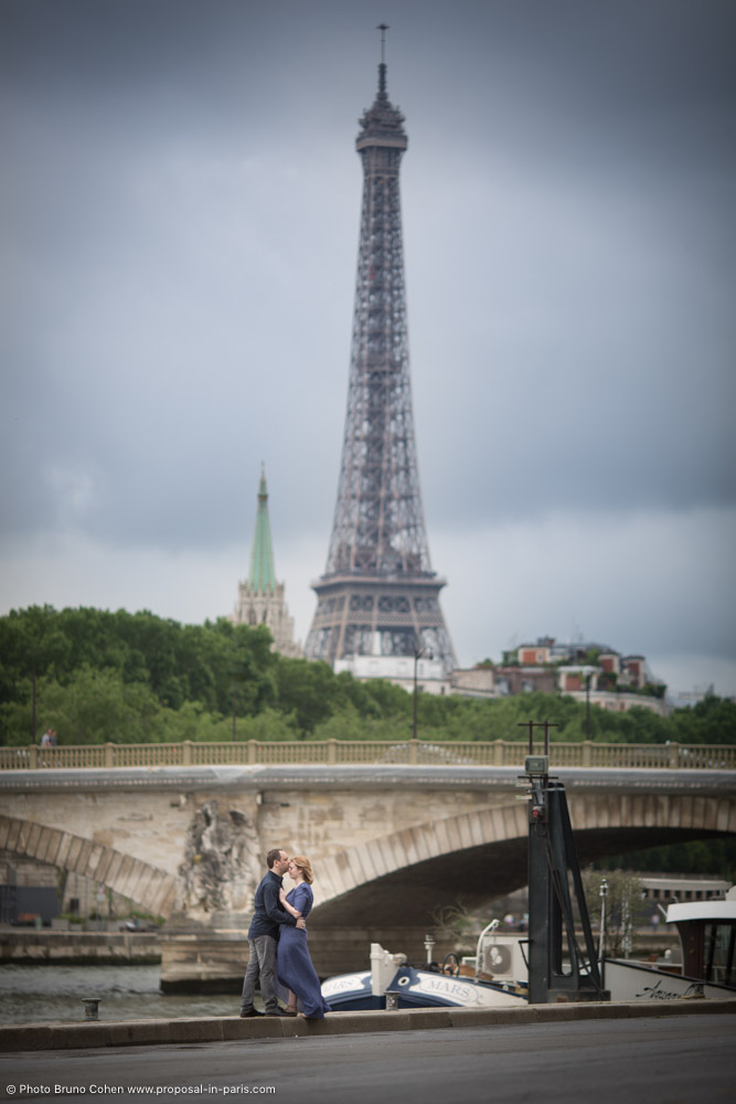 proposal in paris kissing couple bridges love front of Eiffel Tower