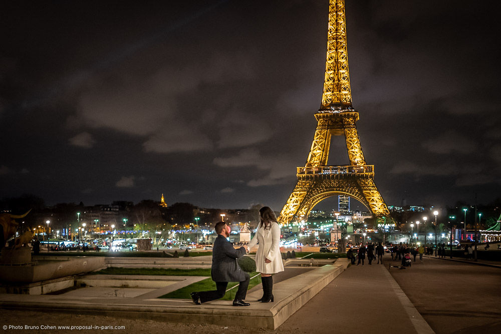 proposal in Trocadero front the Eiffel Tower at night