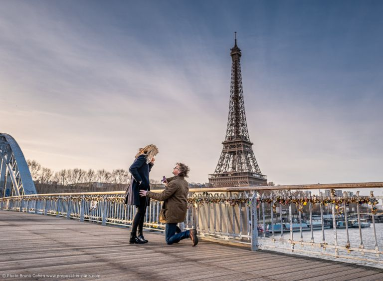 proposal on passerelle debilly front the Eiffel Tower at the sunrise