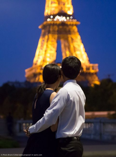 portrait hugging couple proposal in paris by night from Bir Hakeim bridge