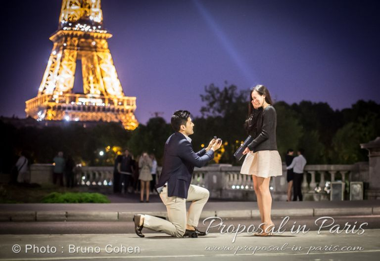 surprise proposal photography by night in paris from Bir Hakeim bridge front of Eiffel Tower sparkles